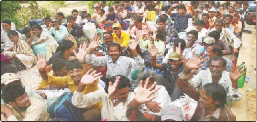 کراچی ، بھارتی ماہی گیر اپنی رہائی کے موقع پر میڈیا نمائندوں کو دیکھ کر ہاتھ ہلا رہے ہیں