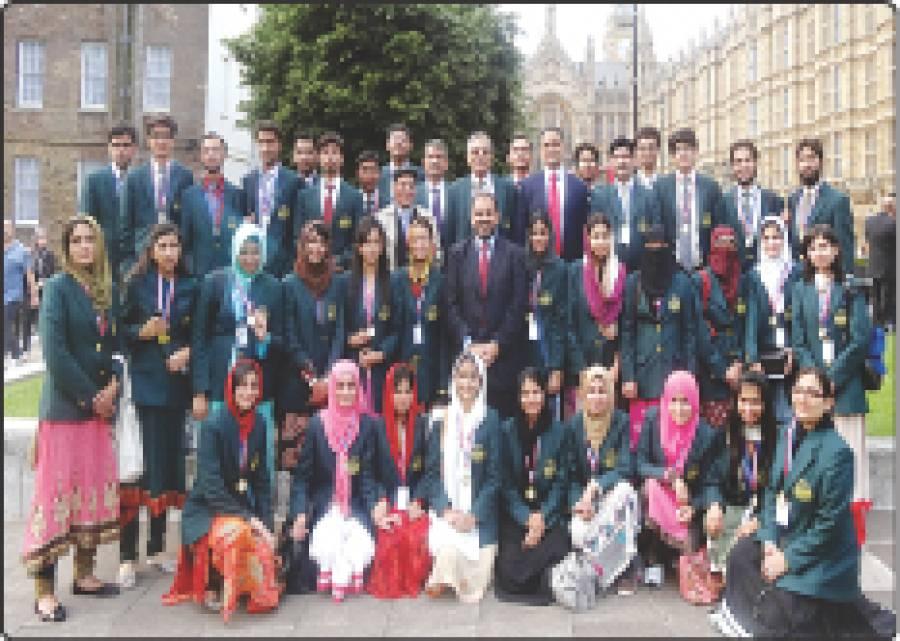 وزیر اعلیٰ پنجاب کی ہدایت پر بھیجے گئے ٹاپ پوزیشن ہولڈر طلباءطلبات کا کیمرج یونیورسٹی کے دورے کے موقع پر لیا گیا گروپ فوٹو