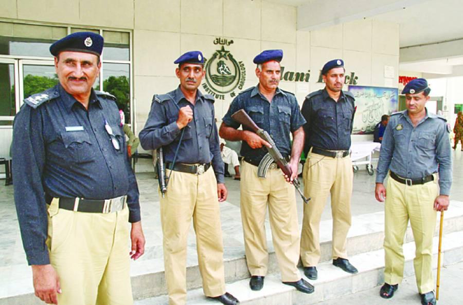 لاہور: پی آئی سی ایمرجنسی کے باہر پولیس اہلکار الرٹ کھڑے ہیں
