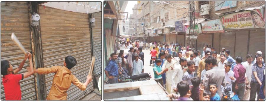 حیدر آباد: شاہی بازار ریشم گلی کے دکاندار اپنے مطالبات کے حق میں کوہ نور چوک پر مظاہرہ کررہے ہیں، دوسری جانب دکاندار اور علاقے کے مکین بجلی کے نئے میٹر توڑ رہے ہیں