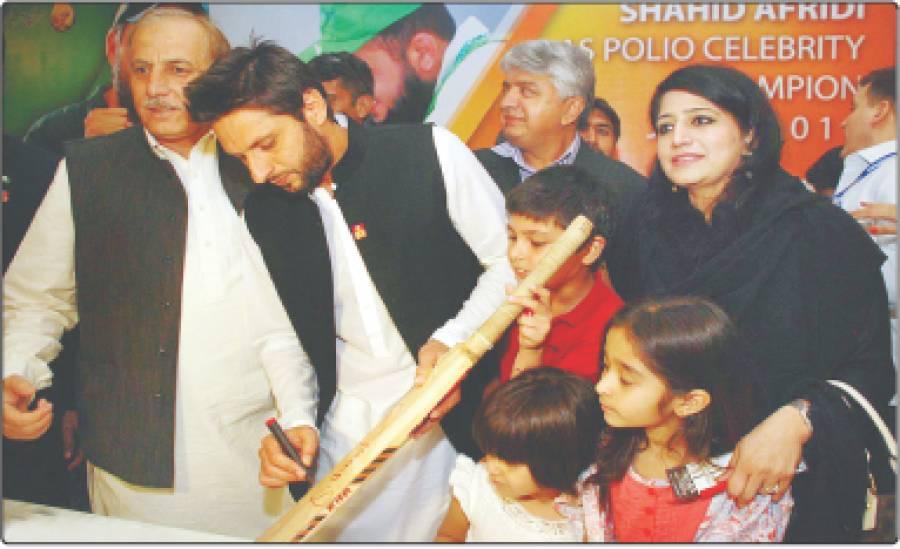 اسلام آباد: کرکٹر شاہد آفریدی مقامی ہوٹل میں تقریب کے دوران بچوں کو آٹو گراف دے رہے ہیں