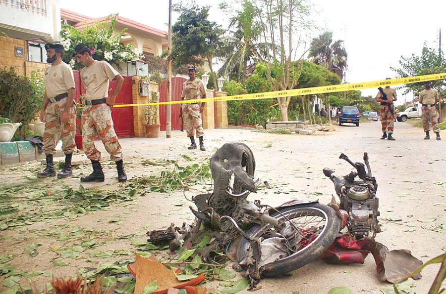 کراچی: سیکیورٹی حکام چینی قونصلیٹ کے نزدیک موٹر سائیکل دھماکے کے بعد جائے وقوعہ سے شواہد جمع کر رہے ہیں