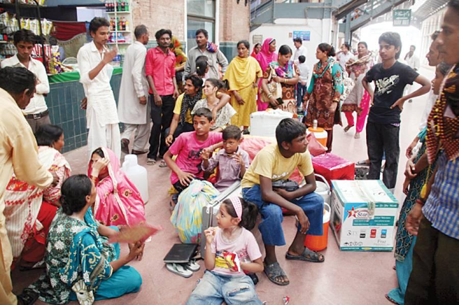 لاہور: ٹرین آنے میں تاخیر کے باعث ایک خاندان پلیٹ فارم پر پریشان حال بیٹھا ہے