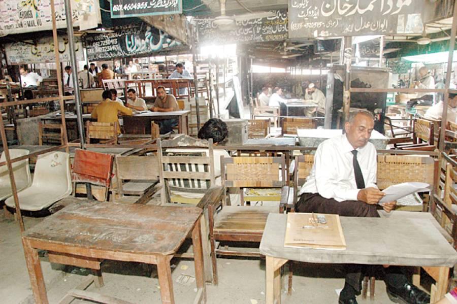 لاہور: پنجاب بار کونسل کی اپیل پر وکلاءکی ہڑتال کے دوران سیشن کورٹ کا منظر