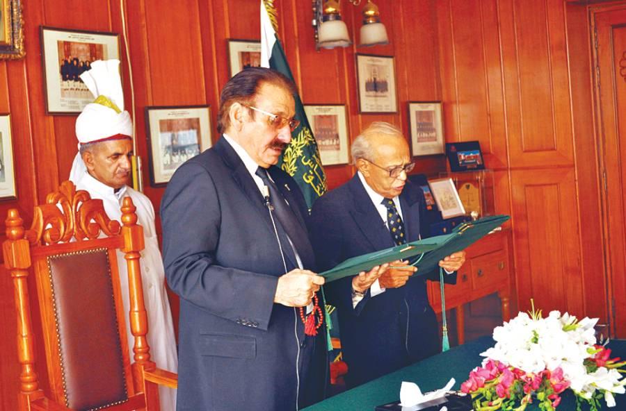 چیف جسٹس افتخار محمد چودھری سپریم کورٹ بلڈنگ میں فخر الدین جی ابراہیم سے چیف الیکشن کمشنر کے عہدے کا حلف لے رہے ہیں