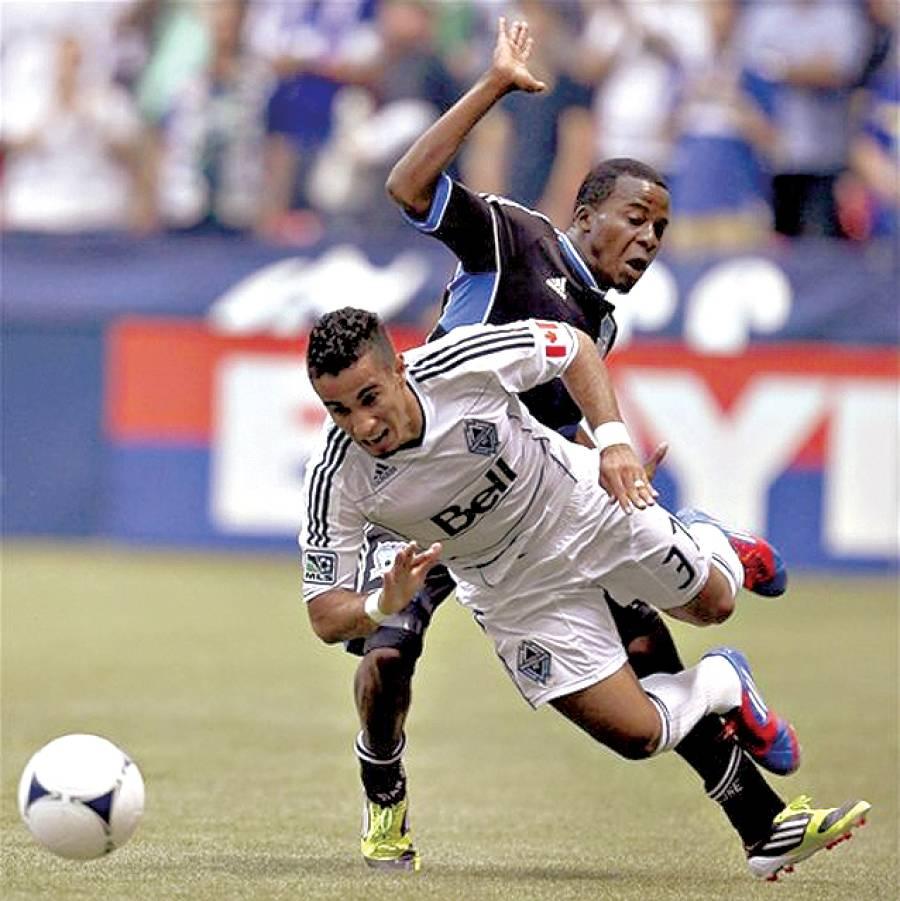 ایف سی فٹبال کلب اور سان جوز کی ٹیموں کے کھلاڑی دوستانہ میچ میں گیند چھیننے کی کوشش کررہے ہیں