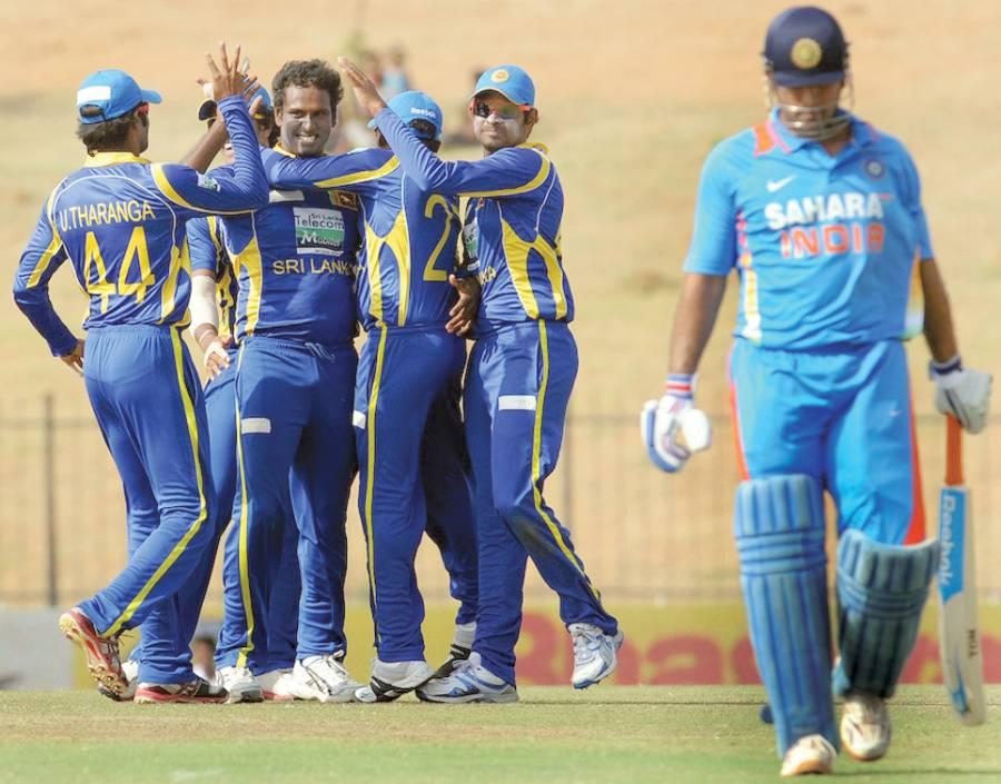 سری لنکن کرکٹ ٹیم کے کھلاڑی دوسرے ون ڈے میں بھارتی کپتا ن دھونی کے آﺅٹ ہونے پر خوشی کا اظہار کررہے ہیں