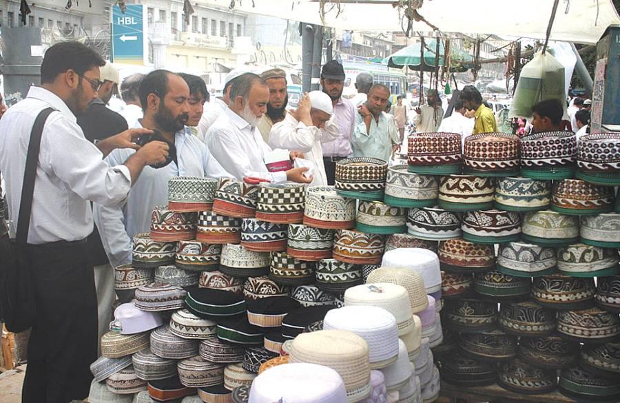 کراچی: گاہک ٹوپیاں خریدرہے ہیں' رمضان المبار ک میں ٹوپیوں کی فروخت میں اضافہ ریکارڈ کیاجاتاہے