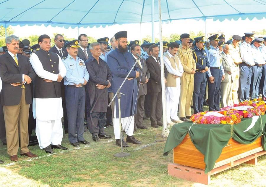 وزیراعظم راجہ پرویز اشرف پی اے ایف بیس کامرہ میں شہید ہونیوالے آصف رمضان کی نماز جنازہ میں شریک ہیں۔
