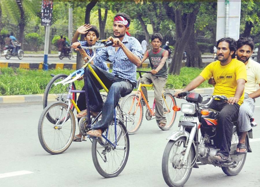 مال روڈ پر سخت ٹریفک قوانین ہونے کے باوجودبچے سائیکلوں پر ون ویلنگ کر رہے ہیں ایسی صورتحال کسی بھی وقت بڑے حادثے کا باعث بن سکتی ہے