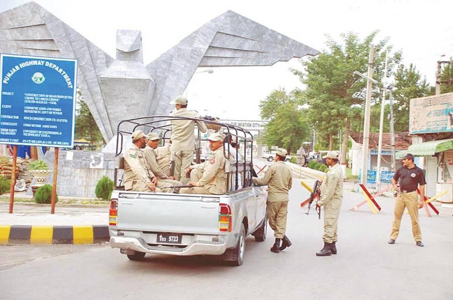 کامرہ:پاکستانی فوج کے جوان ایروناٹیکل کمپلیکس کے انٹری پوائنٹ پر الرٹ کھڑے ہیں