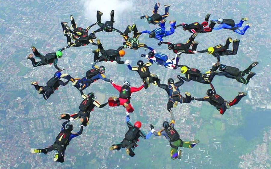 جکارتہ: ہوا باز فضا سے نیچے زمین کی طرف جا رہے ہیں