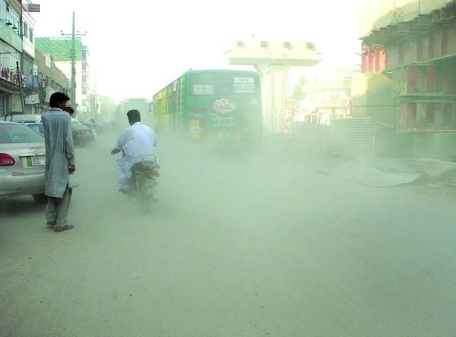 فیروز پور روڈپر فضائی آلودگی کے باعث بس بھی نظر نہیں آرہی (فوٹو ذیشان منیر)۔