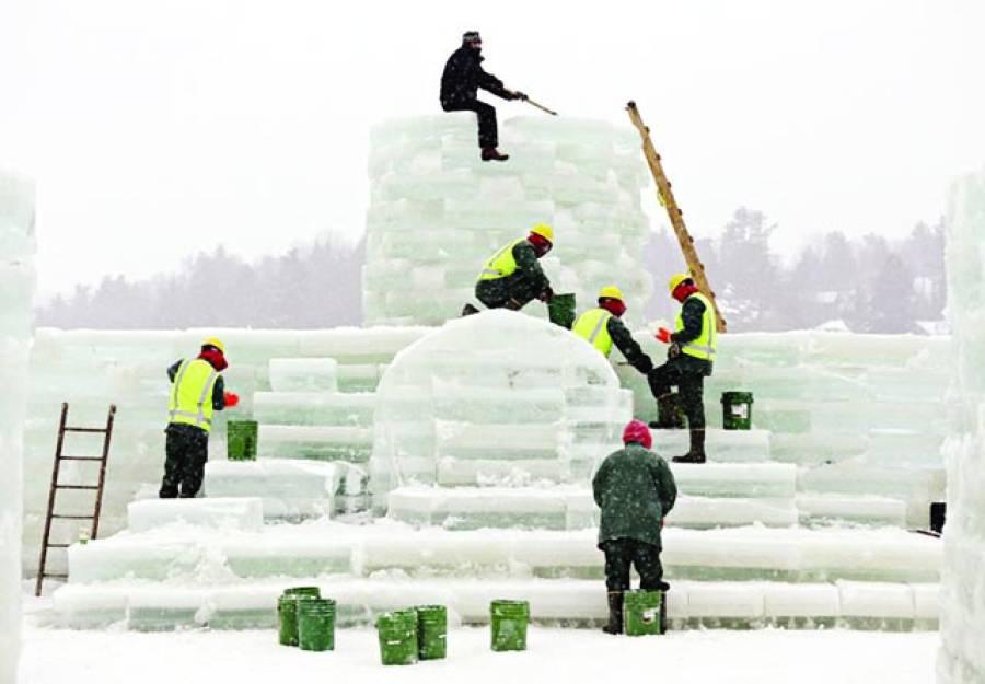 نیویارک: رضاکار ایک پارک میں برف سے محل بنارہے ہیں