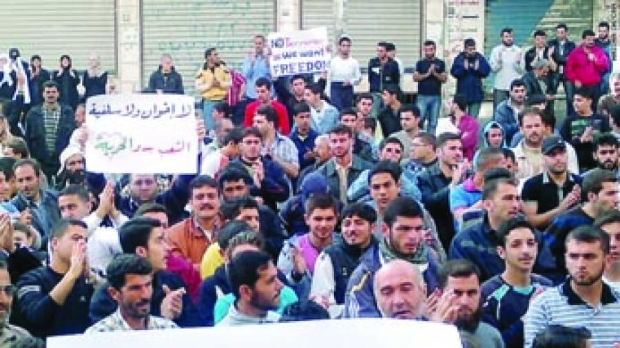 قاہرہ:مصر میں صدر مرسی مخالف مظاہروں کا سلسلہ جار ی ہے۔ صدارتی محل کے نزدیک مظاہرین اور سیکورٹی فورسز کے درمیان پر تشدد جھڑپیں ہوئیں۔ صدارتی محل کے اطراف مظاہرین اور سیکورٹی فورسز کے درمیان آنکھ مچولی کا سلسلہ جاری رہا۔ مظاہرین کی جانب سے محل کی طرف پیش قدمی کرنے کی کوشش کی گئی۔ مظاہرین نے پولیس کی جانب پتھراﺅ اوردیسی ساختہ بم پھینکے۔ پولیس نے مشتعل مظاہرین کو منتشر کرنے کے لیے آنسو گیس کا استعمال کیا۔ مظاہرین کا مطالبہ تھا کہ حکومتی معاملات میں صدر مرسی کی بے جا مداخلت اور اختیارات سے تجاوز کرنا روکا جائے