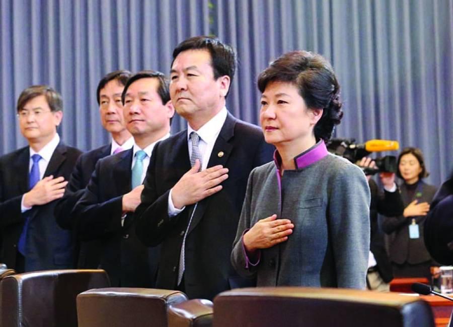 سیول:جنوبی کوریا کے صدر پارک گیونہائی(دائیں)کابینہ اجلاس سے قبل قومی پرچم کو سلامی پیش کررہی ہیں