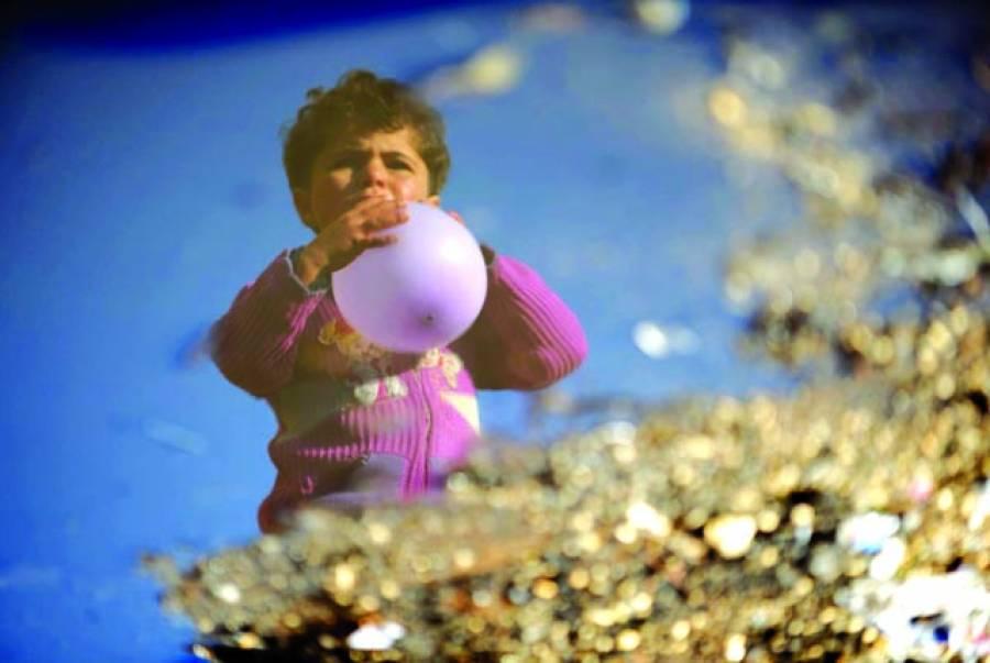 شام:شام کی اندرون ملک بے گھر ہونے والی ایک بچی ترک سرحد کے قریب شمال مغربی شامی صوبے ادلیب کے قریب باب الہوا کیمپ میں غبارے سے کھیل رہی ہے