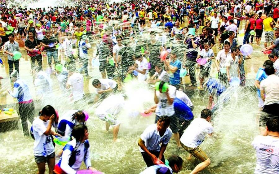 ینان: چینی سالانہ تہوار میں لوگ ایک دوسرے پر پانی پھینک رہے ہیں