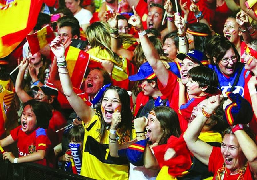 سپینش فٹبال لیگ میں لیور پو ل کلب کے پرستار فلٹنہم کلب کے خلاف میچ میں کھلاڑیوں کی حوصلہ افزائی کررہے ہیں