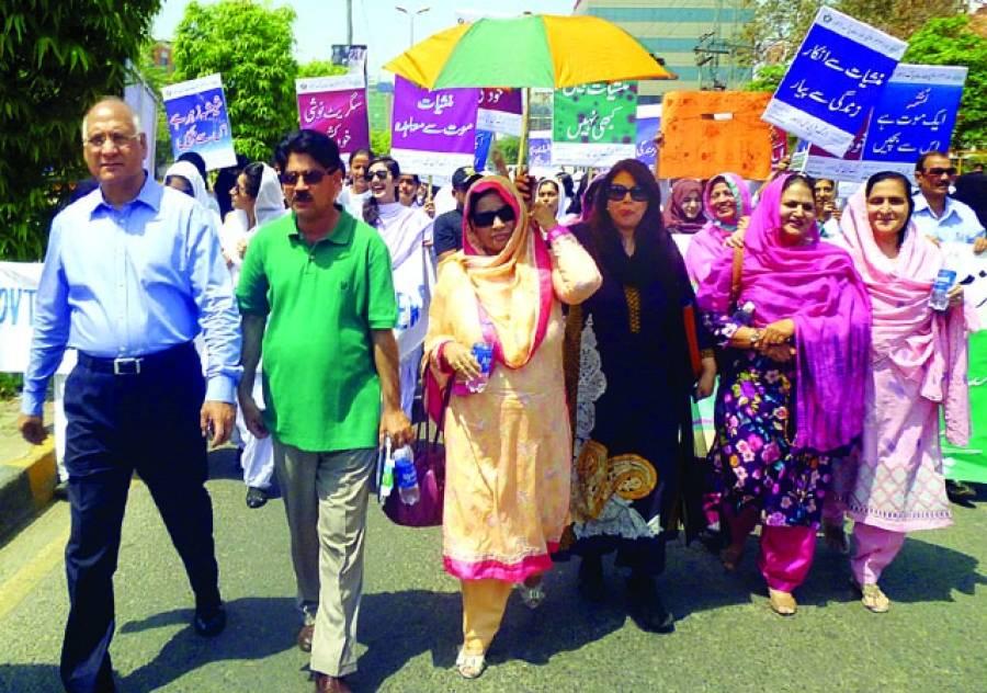 گورنمنٹ کالج برائے خواتین میں ڈرگ فری سٹی اور تنظیم الفجر کے زیراہتمام منشیات کے خلاف واک کی قیادت الطاف قمر،فرزانہ سلیم اور اکمل اویسی پیر زادہ کر رہے ہیں(فوٹو پاکستان)