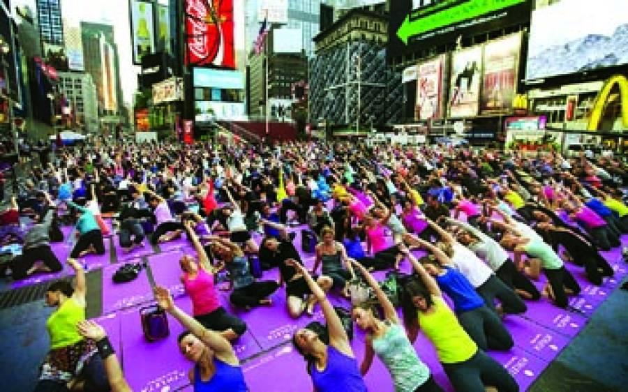 نیو یارک: لوگ گروپ کی شکل میں یوگاکر رہے ہیں