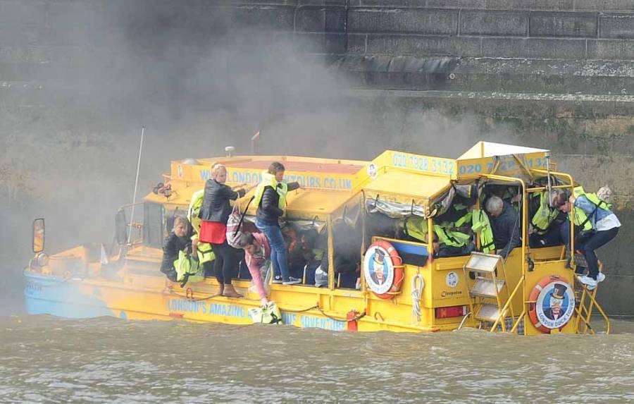 دریائے تھیم میں سیاحوں کی کشتی میں آتشزدگی
