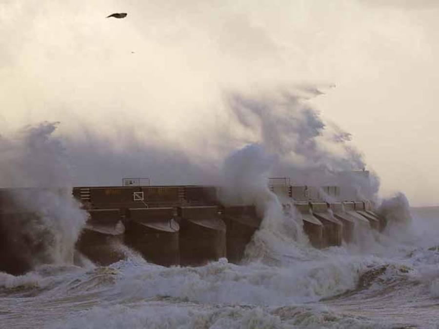 """سمندری طوفان """"سینٹ جیوڈ""""برطانیہ سے ٹکراگیا، پروازیں منسوخ ، ٹرین سروس معطل ، تین افرادجاں بحق"""