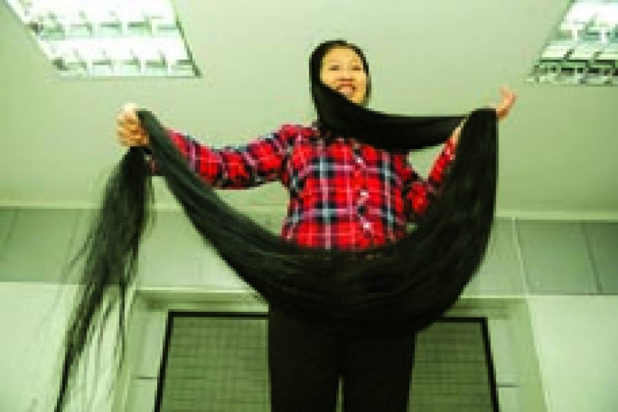 تائی یان: چینی خاتون اپنے ساڑھے پانچ فٹ لمبے بالوں کی نمائش کر رہی ہے