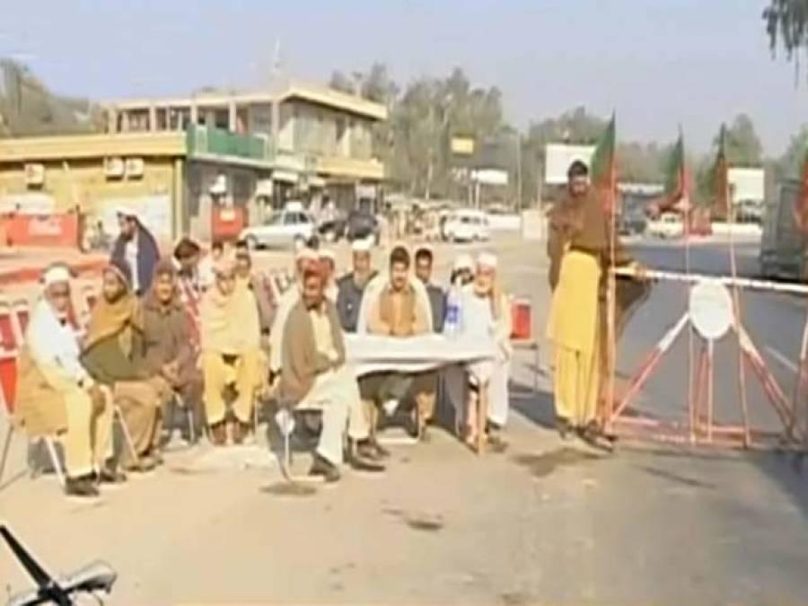 ڈرون حملوں کیخلاف تحریک انصاف کے دھرنے دوسرے روزبھی جاری، کاغذات کی جانچ پڑتال کا عمل جاری، کوئی نیٹوکنٹینرنہیں گزرنے دیا: کارکنان