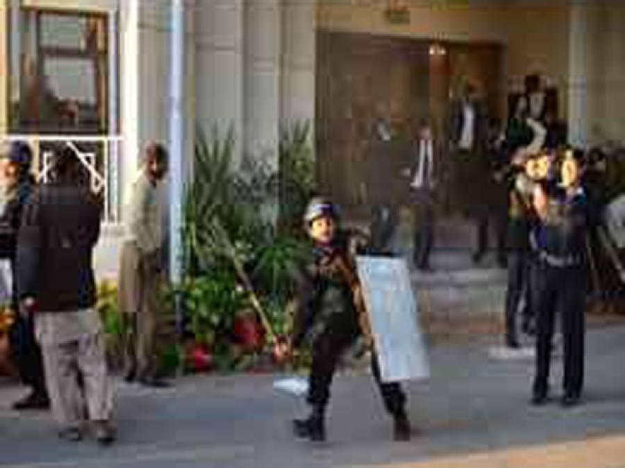 سپریم کورٹ کے باہر وکلاءاور پولیس میں جھڑپ، اسسٹنٹ کمشنر زخمی، پاکستان بار کونسل کا کل ملک گیر ہڑتال کا اعلان