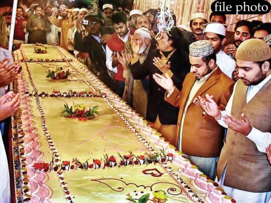 ملتان میں 12 ربیع الاول پر 70 فٹ لمبا کیک کاٹا گیا