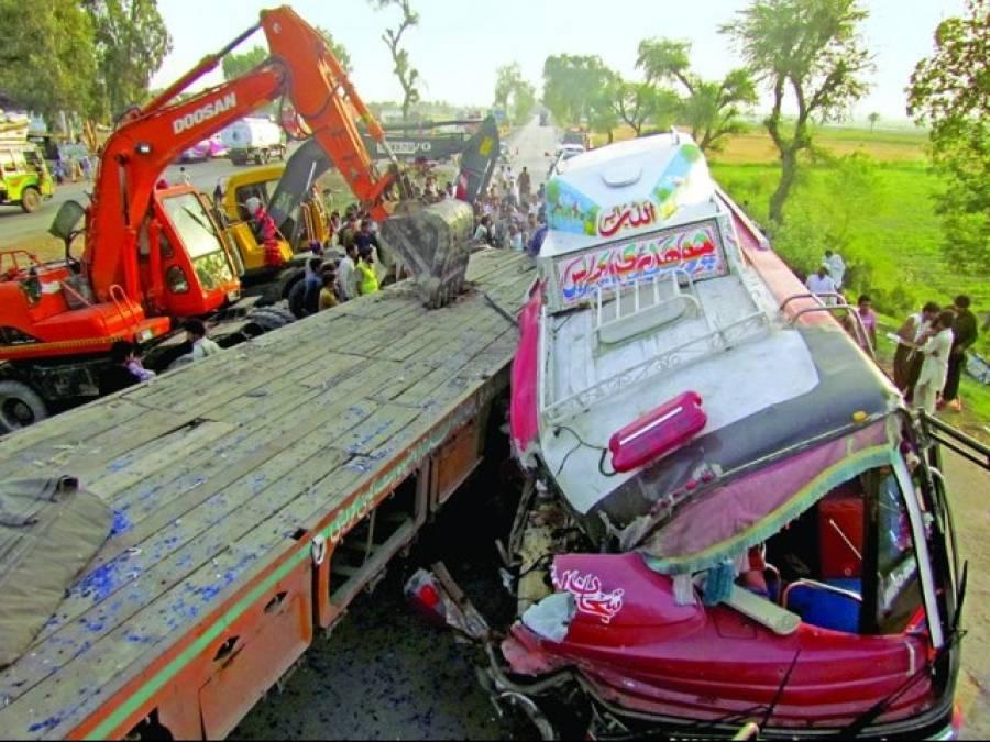 رحیم یار خان میں قومی شاہراہ پر کوچ اور ٹرالر میں تصادم 11 افراد زخمی