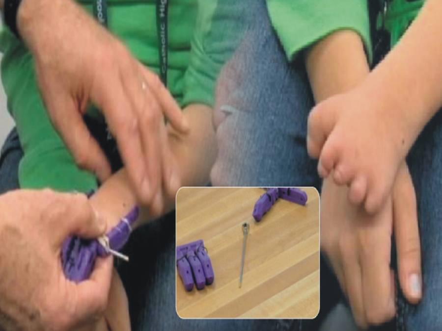 طالب علموں کا بچی کے لئے ہاتھ کا تحفہ