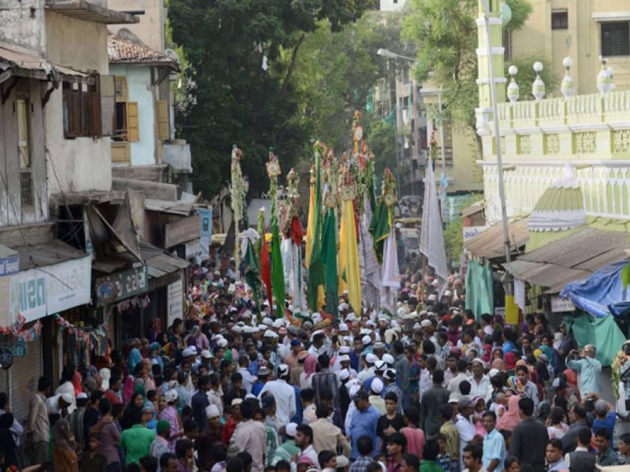 مذہبی تہوار کے دوران خطرناک کرتبوں کا مظاہرہ