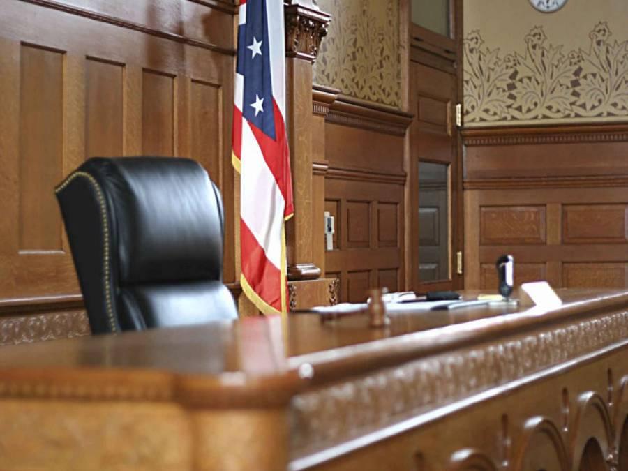 بیٹی کی قاتل خاتون کی کمرہ عدالت میں جج کے ساتھ شرارتیں