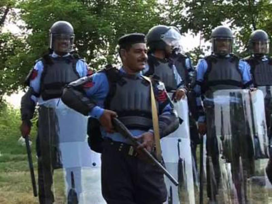 پولیس اہلکار میڈیا نمائندوں پر ٹوٹ پڑے