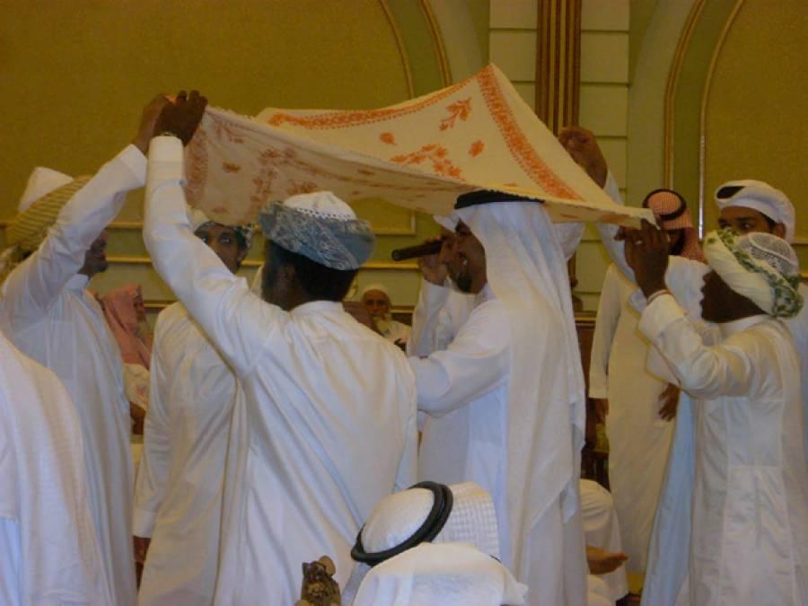 مہمانوں کو کھانا کھلانے کےلئے سعودی دولہے کا منفرد اقدام