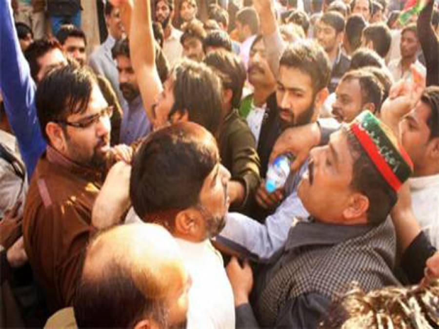 تحریک انصاف اور مسلم لیگ کے کارکنان آمنے سامنے ، ناولٹی پل پر تصادم ،پولیس 'درمیان' میں آگئی