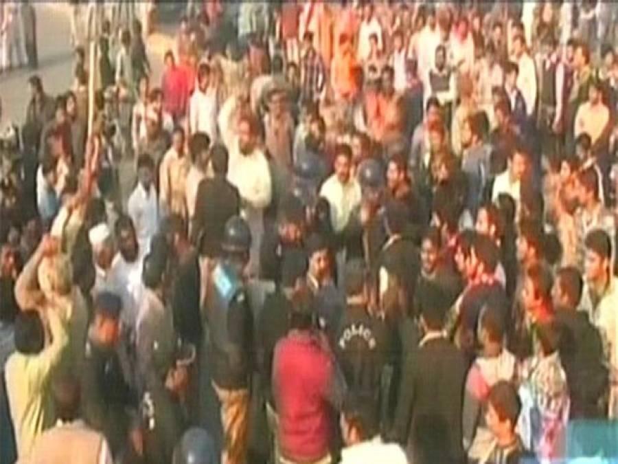 مظاہرین کا رانا ثنا اللہ کے گھر پر پتھراﺅ ،پولیس کی آنسو گیس کی شیلنگ