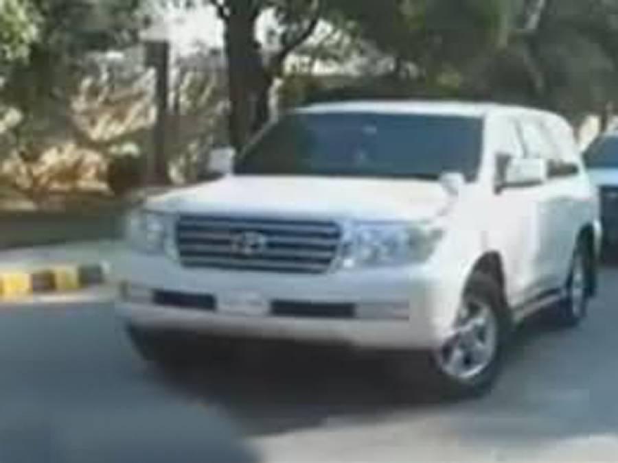 فیصل آباد احتجاج ،عمرا ن خان کی گاڑی پر پتھراﺅاورگندے انڈوں سے یلغار