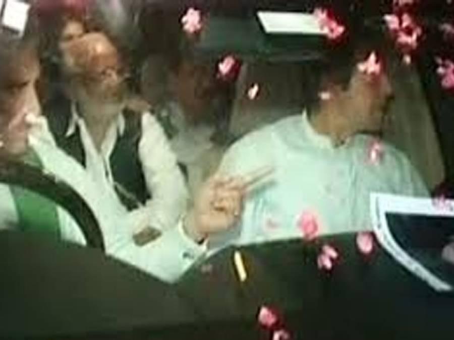 دھرنے کا خاتمہ، جذباتی کارکن عمران خان کی گاڑی کے آ گے لیٹ گئے