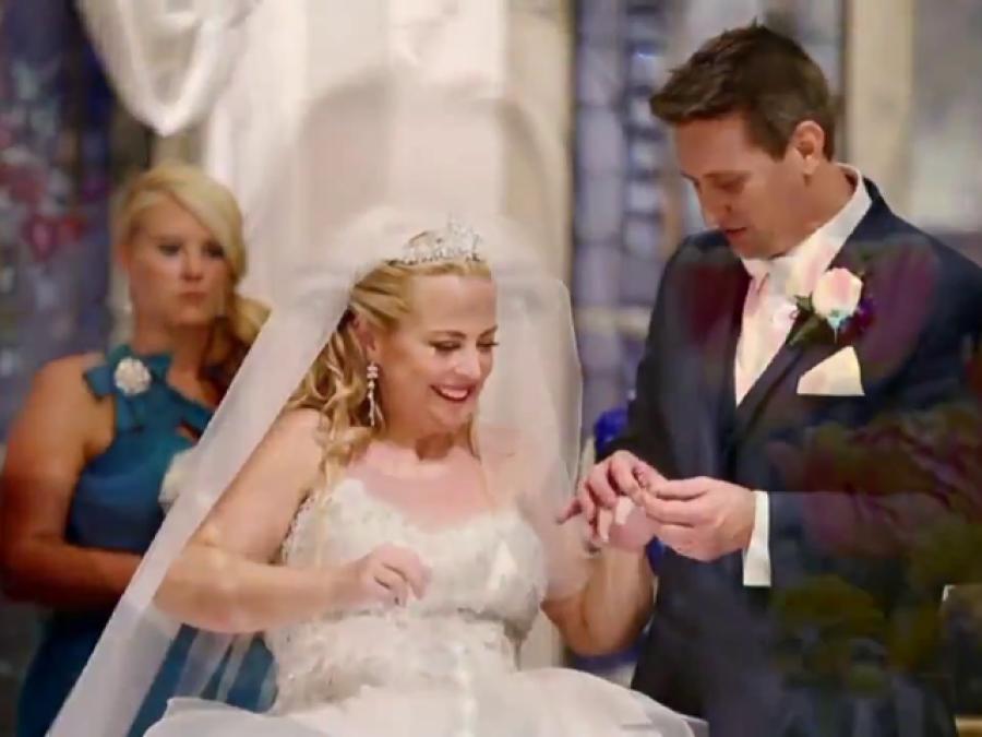 شادی کے دن با ہمت اپاہج دلہن نے ایسا کام کر دکھایاکہ پوری دنیا کو حیران کر دیا