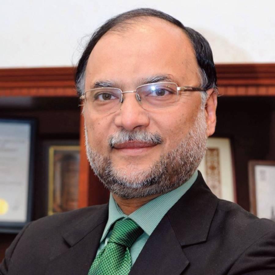 وفاقی وزیر احسن اقبال کی قومی کرکٹرز کے ساتھ سیلفی،قومی ٹیم کیلئے نیک تمناوں کا اظہار