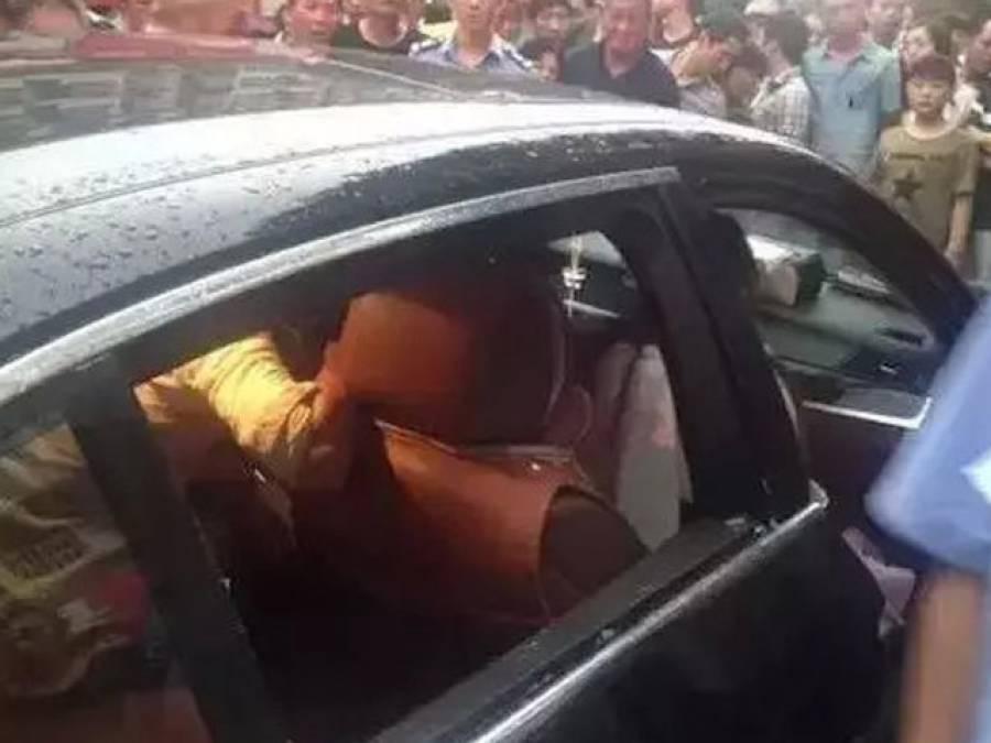 شدید گرمی میں بچہ مہنگی ترین گاڑی کے اندر لاک ہوگیا تو اِس ماں نے کیا کیا؟ جان کر کسی کو بھی یقین نہ آئے