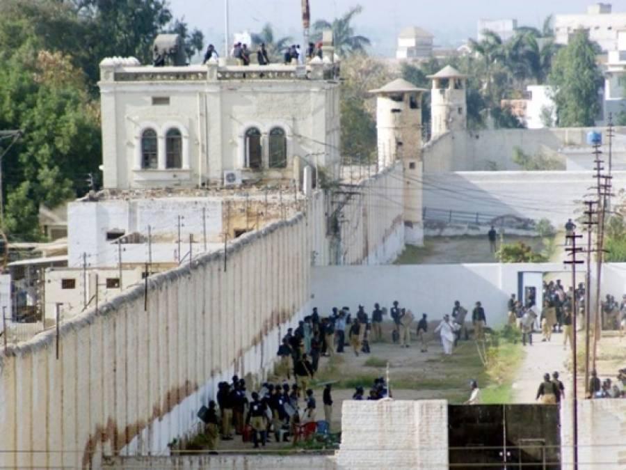 """کراچی کے تھانے میں 2 تھانیدارنیوں کا """"دنگل"""" عملہ تماشہ دیکھتا رہا"""