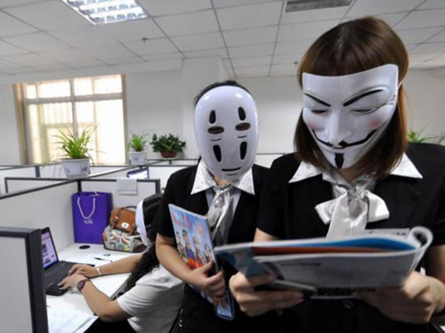 چینی کمپنی کے دفتر میں ملازمین کو ایسے ماسک پہن کر پھرنے کی اجازت کیوں دے دی گئی؟ جان کر آپ بھی مسکرا اٹھیں گے