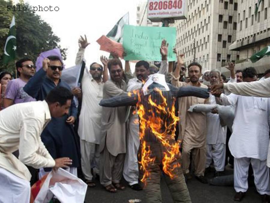 سکھر میں بھارتی وزیراعظم مودی کے خلاف شہریوں کا احتجاج' گدھے پر تصاویر لٹکائیں اور نذر آتش کیں' نعرے لگائے