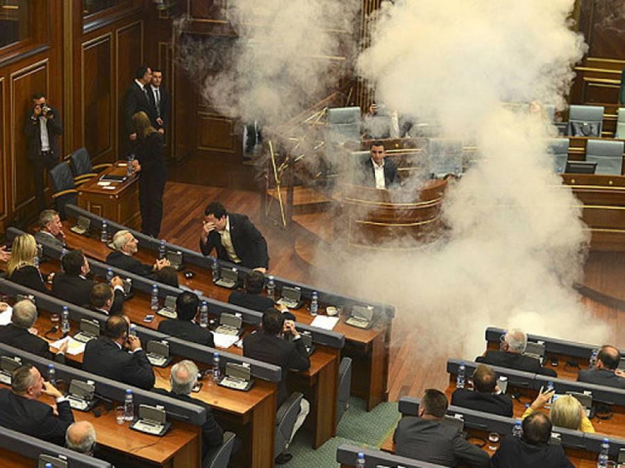 کوسو و کی پارلیمنٹ میں اپوزیشن ارکان نے آنسو گیس پھینک دی