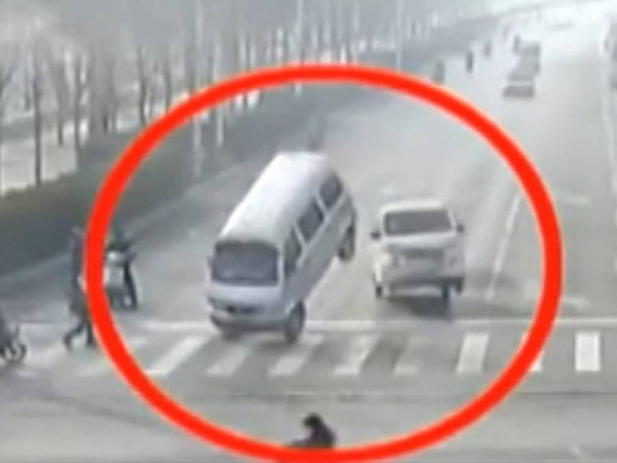 چین میں ٹریفک سگنل پر خودبخود گاڑیاں اچھلنے کا معمہ حل ہو گیا
