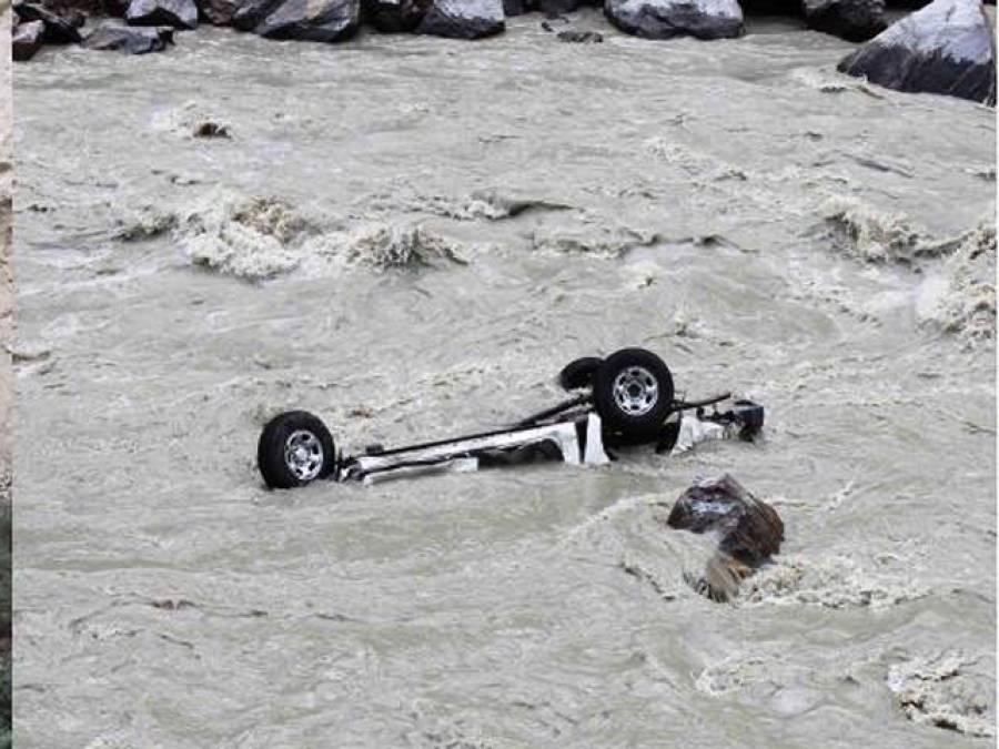 گرم چشمہ سے آنے والی مسافر گاڑی دریا میں جا گری ،10افراد جاں بحق